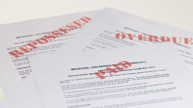 pila de avisos de recolección de correo; Cómo presentar una queja contra una agencia de cobro de deudas
