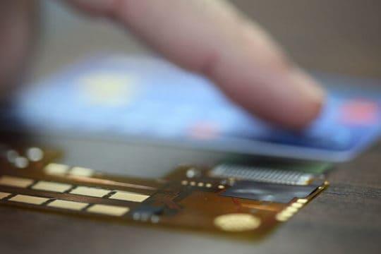 tocando una tarjeta de credito feliz