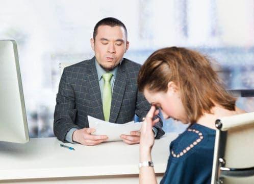 mujer triste porque esta en desempleo