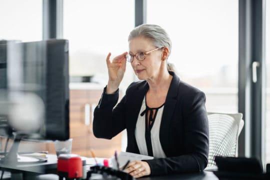 mujer en los años dorados piensa que debe trabajar