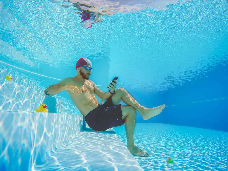 hombre buscando seguridad de wi-fi en una picina
