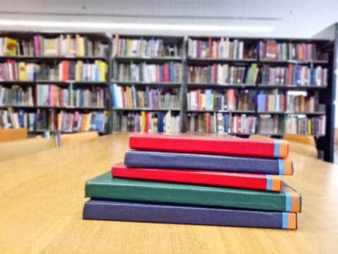 5 libros en una biblioteca publica