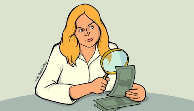 mujer observando concurso de sorteos