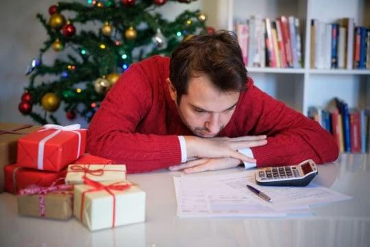 Hombre pensando en como ahorar dinero en navidad