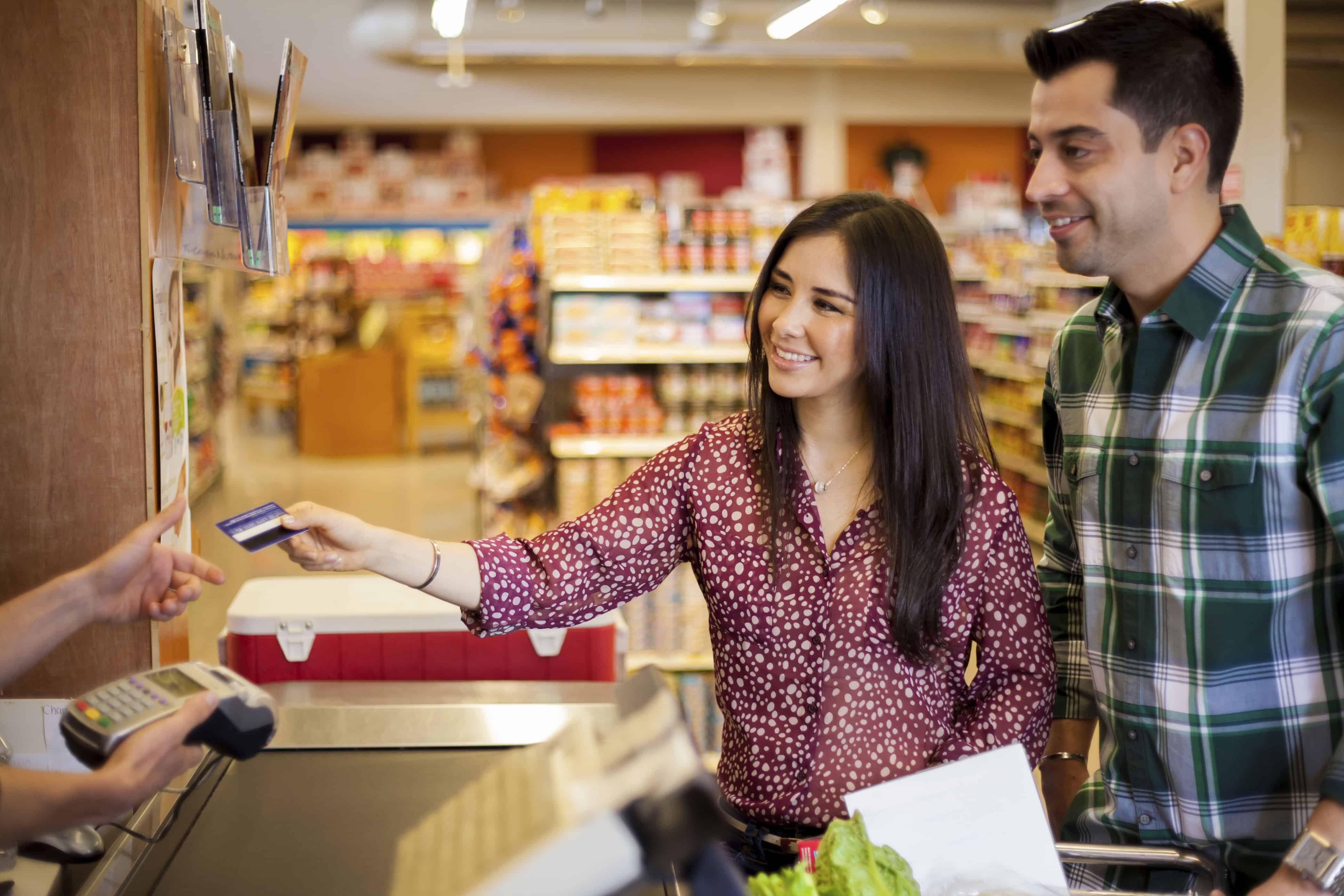 pareja feliz porque estan ahorrando con programas de fidelización