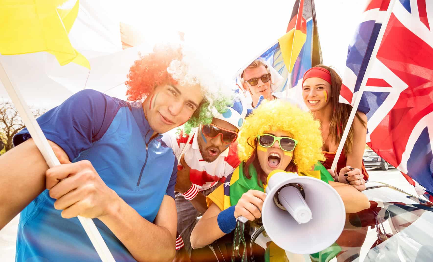 Fanáticos de fútbol con banderas y camisas de equipos participantes del mundial