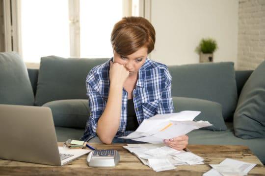 Mujer pensando en consejería de crédito