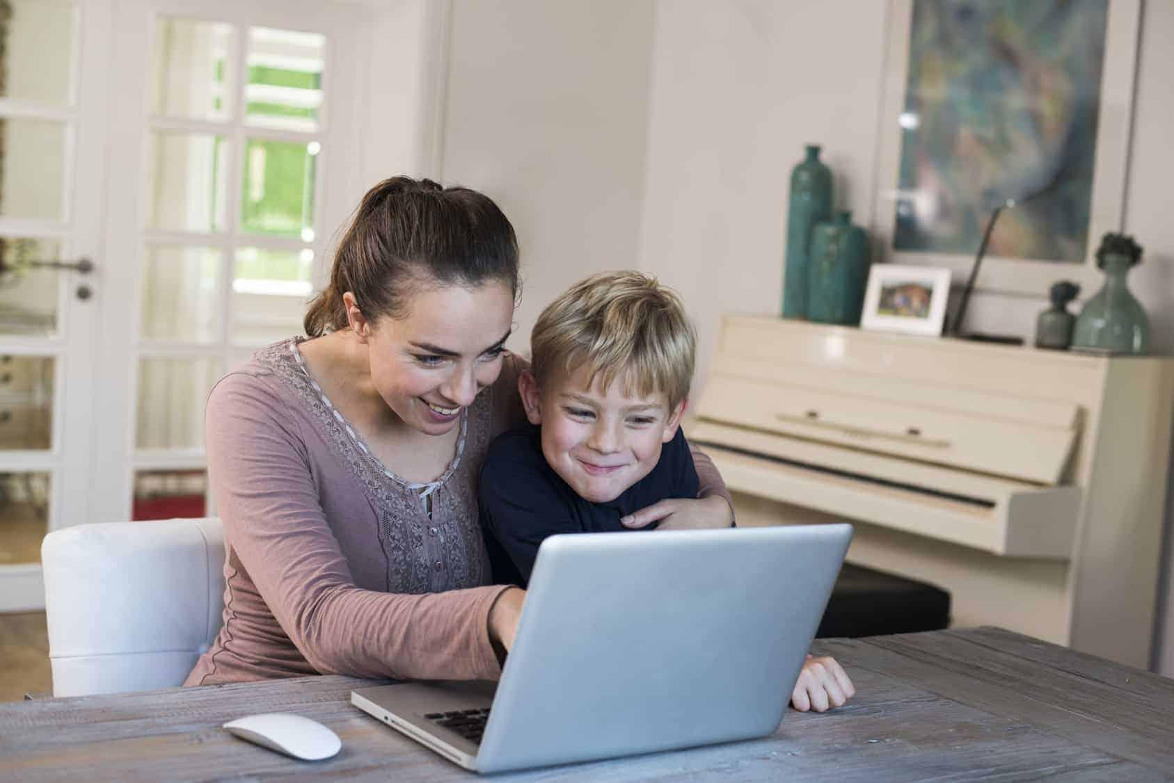 madre e hijo viendo precios para las compras de regreso a clases