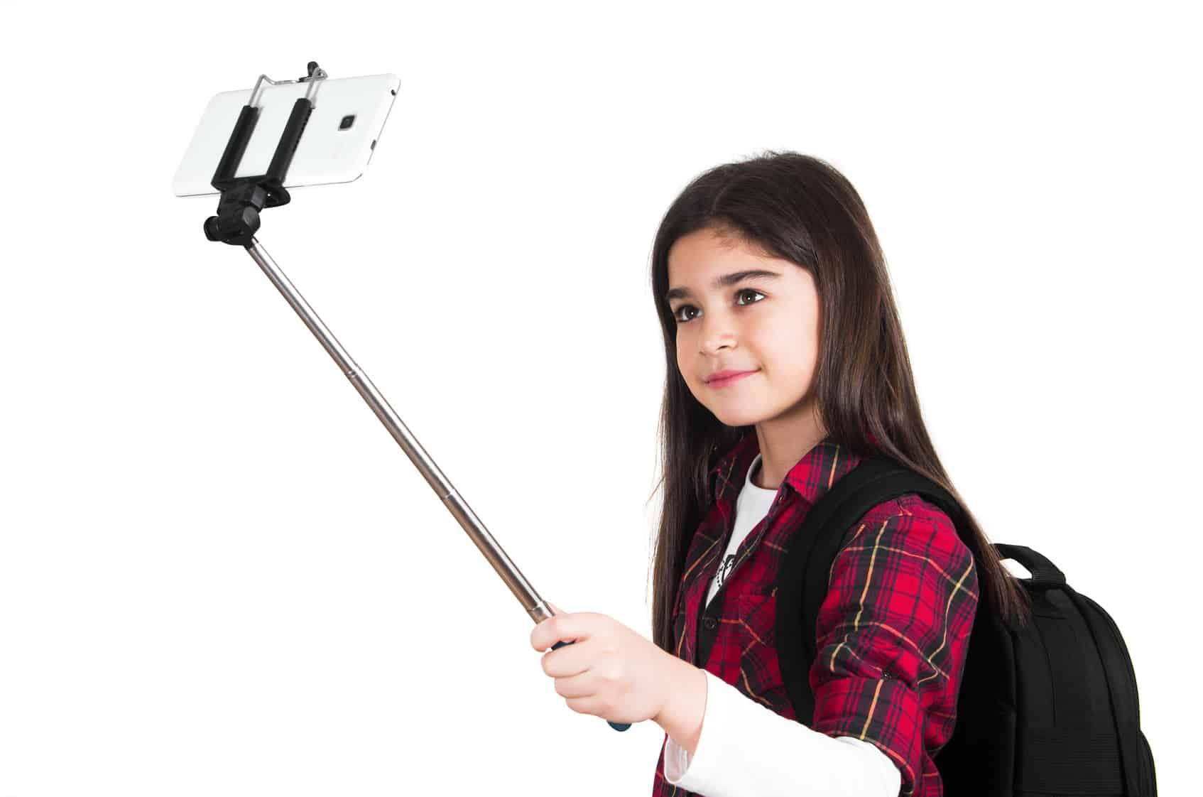 Niña con selfie stick en el regreso a clases