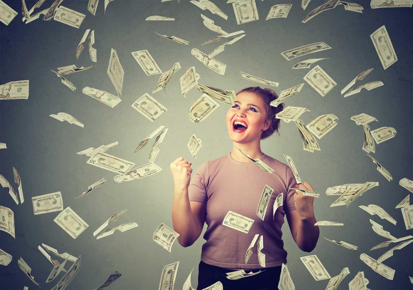 Mujer feliz por ganar beca