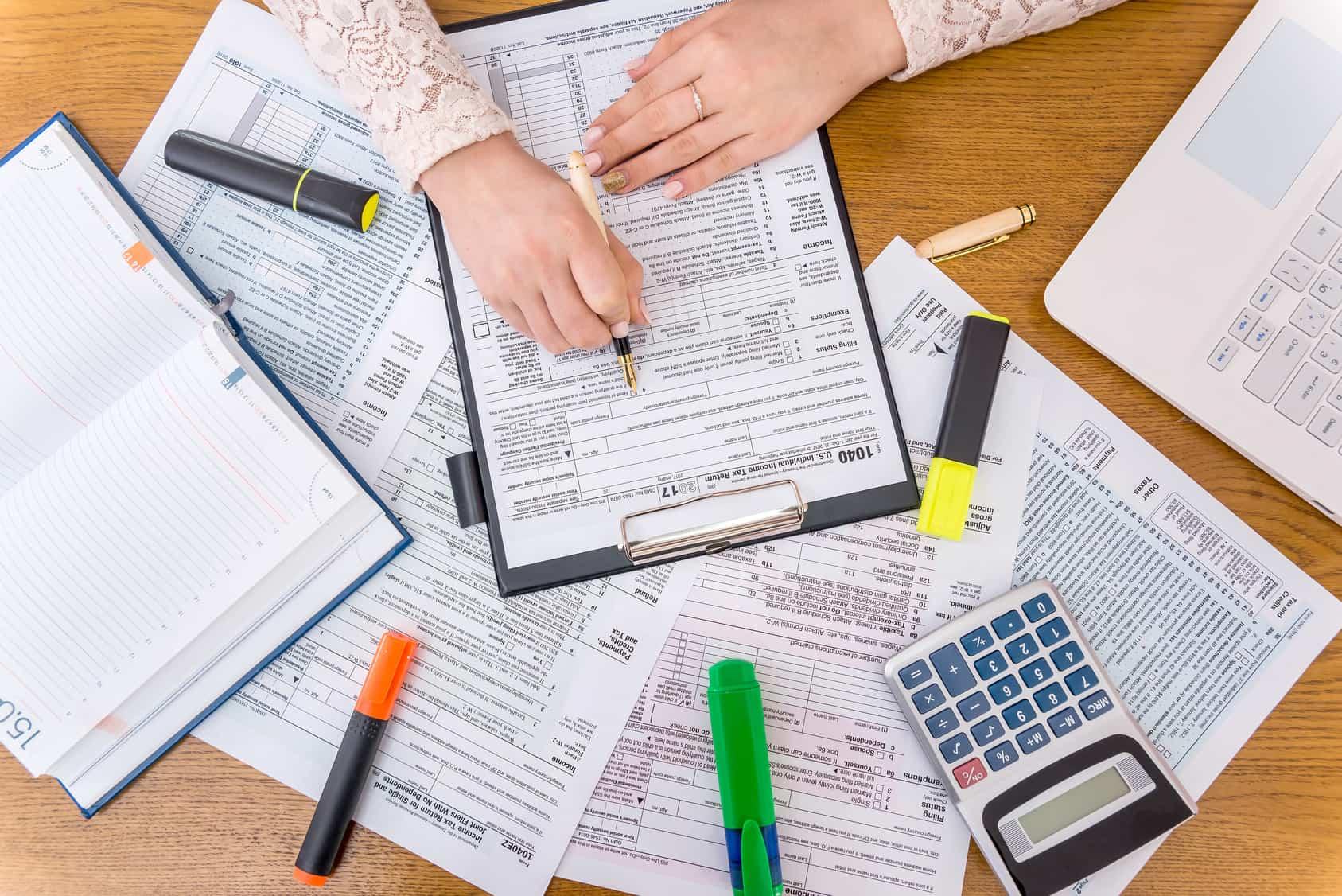Mujer revisando su deuda de impuestos
