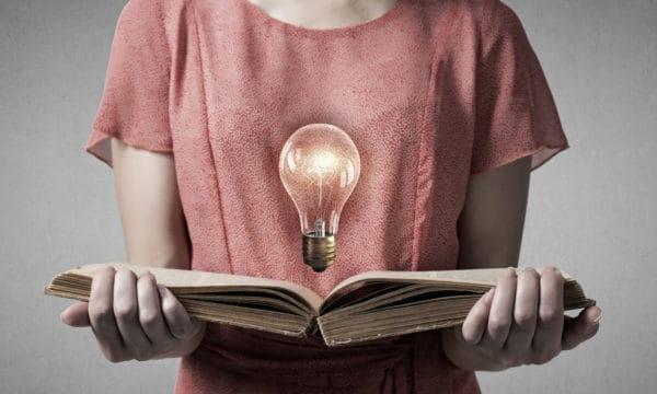 Mujer estudiando en el Mes de la Educación Financiera