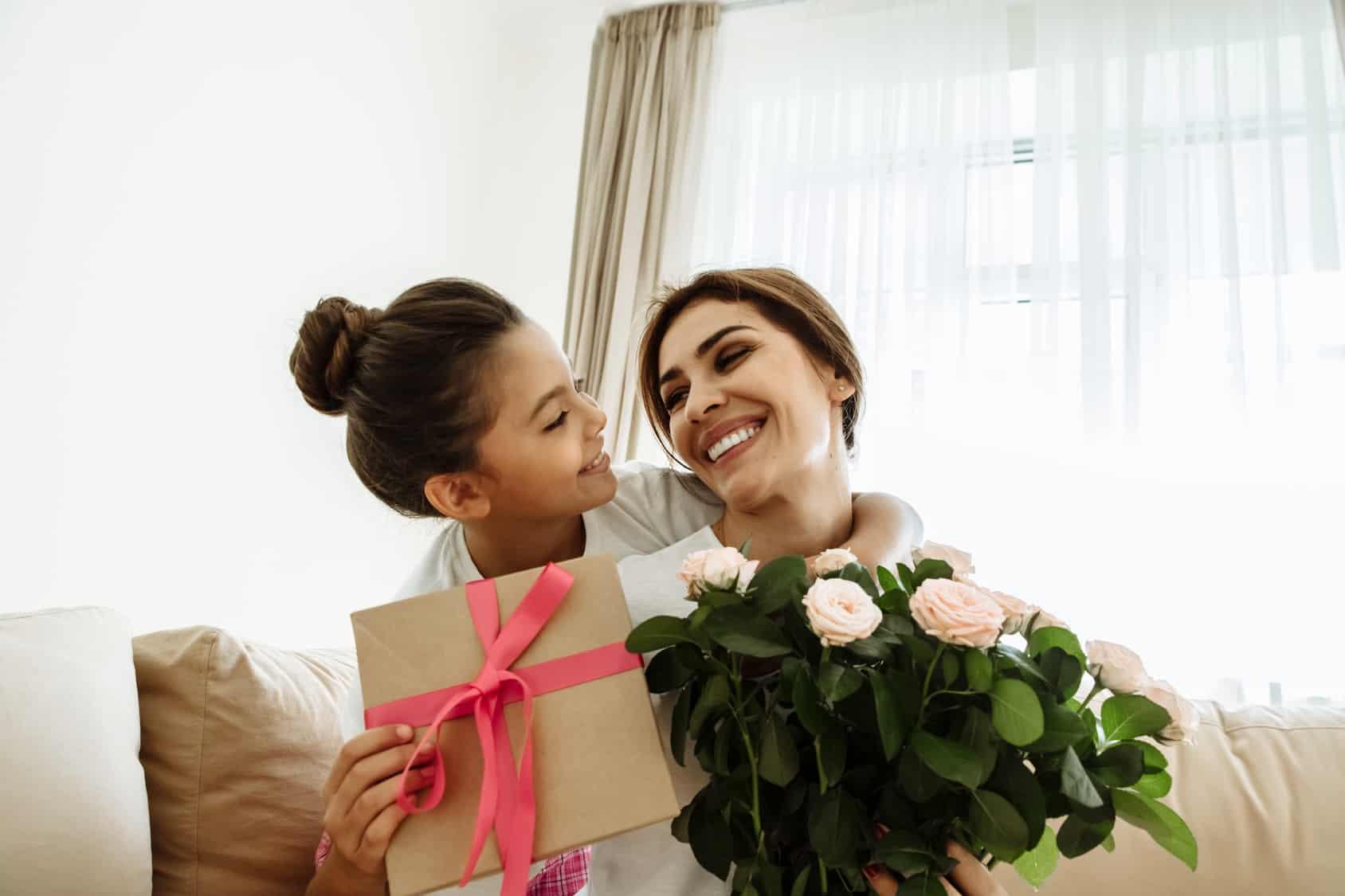 Madre e hija celebrando el Día de las Madres