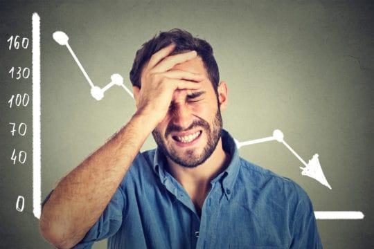 HO,bre sufriendo de estrés financiero
