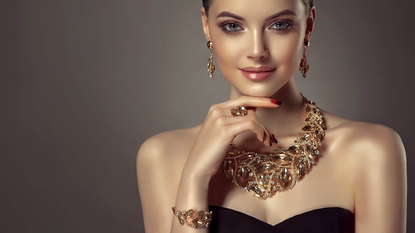 Beautiful girl with set jewelry.