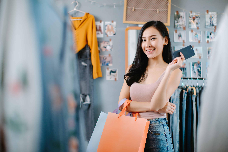 Mujer comprando inteligentemente